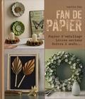 Angelika Kipp - Fan de papier - Avec du papier d'emballage, des livres anciens et des boîtes à oeufs.