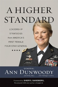 Ann Dunwoody et Sheryl Sandberg - A Higher Standard - Leadership Strategies from America's First Female Four-Star General.