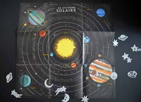 Coffret Système solaire. Avec 1 poster, 40 stickers, 12 étoiles murales phospho, 1 badge, 1 écusson, 1 maquette de fusée