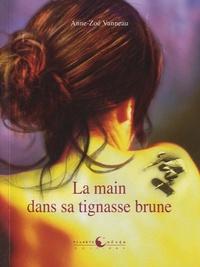 Anne-Zoé Vanneau - La main dans sa tignasse brune.