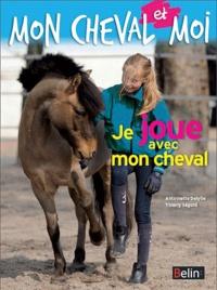 Antoinette Delylle - Je joue avec mon cheval.