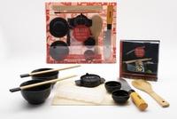 Aurélie Desgages - Coffret mon atelier sushis, makis et gyozas maison - Avec 1 moule à gyoza, 2 paires de baguettes, 2 bols, 2 pots à sauce, 1 couteau de chef, 1 moule à sushi, 1 natte à maki, 1 cuillère en bois.