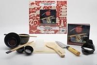 Aurélie Desgages - Coffret mon atelier sushis, makis et gyozas maison - Avec 1 moule à gyoza, 2 paires de baguettes, 2 bols, 2 pots à sauce, 1 couteau, 1 moule à sushi, 1 natte à maki, 1 cuillère en bois.