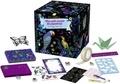 Peggy Nille - Mon petit monde de papeterie - Avec 8 cartes, 1 règle, 1 bloc-notes, des origamis, 1 rouleau de masking tape, 1 pochoir, 8 enveloppes, 4 mini-gommes, 2 feuilles de stickers, 1 feuille de stickers à gratter, 1 planche de strass, 2 mini-stylos.