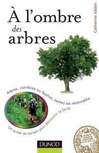 Catherine Vadon - A l'ombre des arbres - Un guide de terrain pour découvrir la forêt.
