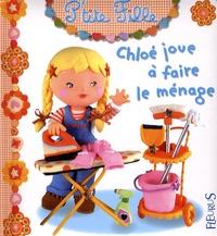 Emilie Beaumont et Christelle Mekdjian - Chloé joue à faire le ménage.