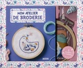 Flora Waycott - Mon atelier de broderie - Avec 1 tambour en bois, de la toile, 3 modèles, du papier magique soluble, 1 aiguille, 1 enfile-aiguille, des fils à broder (4 couleurs).