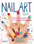 Jlenia Malinverni - Coffret Nail art - Techniques et modèles pour des ongles d'exception -Un livre de 128 pages, vidéo et tutoriel photo pour chaque nail art, avec 1 roue à paillettes et 43 décors adhésifs.