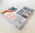 Lisa Butterworth - Le petit guide des cristaux - S'initier aux pouvoirs des pierres. Contient 1 flacon d'agates bleues, 1 cristal de roch, 1 améthyste, 1 quartz rose, 1 sodalite.