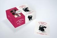 Marie-Noëlle Bayard - Ma box crochet DIY le petit chat - Avec 3 petites pelotes, 2 aiguillées de fil jaune et noir, 1 crochet, du rembourrage, et 1 livre de crochet.