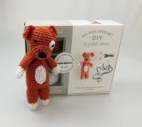 Goodtastepolice.fr Ma box crochet DIY le petit chien - Avec 3 pelotes de fil polyester, 1 aiguillée de fil polyester noir, 1 crochet, 1 paquet de rembourrage et 1 livre de crochet Image