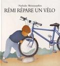 Nathalie Weinzaepflen - Rémi répare un vélo.
