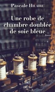 Pascale Hilaire - Une robe de chambre doublée de soie bleue.