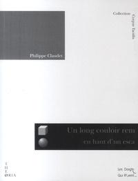 Philippe Claudet - Un long couloir rempli de fauteuils en haut d'un escalier en plein vent.