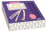 Sandrine Monnier - Mon grigri porte-bonheur - Avec du ruban en liberty, 3 perles en bois, 1 charm nuage, 1 mousqueton doré, 1 anneau porte-clés doré, 1 cordon rose, des anneaux de raccord, 1 pince-ruban et un livre.
