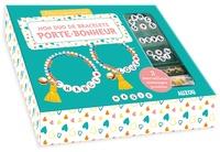 Shiilia - Mon duo de bracelets porte-bonheur - Avec des perles de rocaille jaunes, vertes et roses, des perles lettres, 2 perles coeurs, 2 pompons, 2 grelots, du fil élastique, 4 anneaux de raccord.