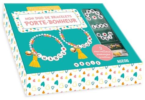 Mon duo de bracelets porte-bonheur. Avec des perles de rocaille jaunes, vertes et roses, des perles lettres, 2 perles coeurs, 2 pompons, 2 grelots, du fil élastique, 4 anneaux de raccord