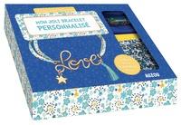 Shiilia - Mon joli bracelet personnalisé - Avec un livre de 24 pages, 1 cordon, du fil métallique doré, du fil métallique turquoise, 1 charm, 1 pompom, des anneaux et 1 fermoir.