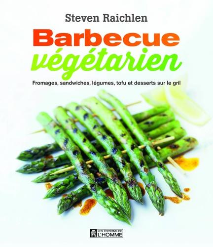 Barbecue végétarien. Fromages, sandwiches, légumes, tofu et desserts sur le gril
