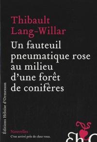 Thibault Lang-Willar - Un fauteuil pneumatique rose au milieu d'une forêt de conifères.