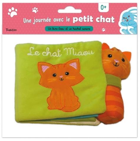 Tourbillon - Une journée avec le petit chat - Un livre-tissu et un hochet sonore.