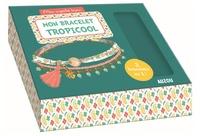 Zabeil - Coffret Mon bracelet tropicool - Avec 1 ruban en liberty, 1 chaîne boules bleues, 1 cordon organfe et blanc, 1 perle en bois naturel, 1 gran pompon, 1 charm monstera, des anneaux de raccord, des pince-rubans et 1 fermoir.